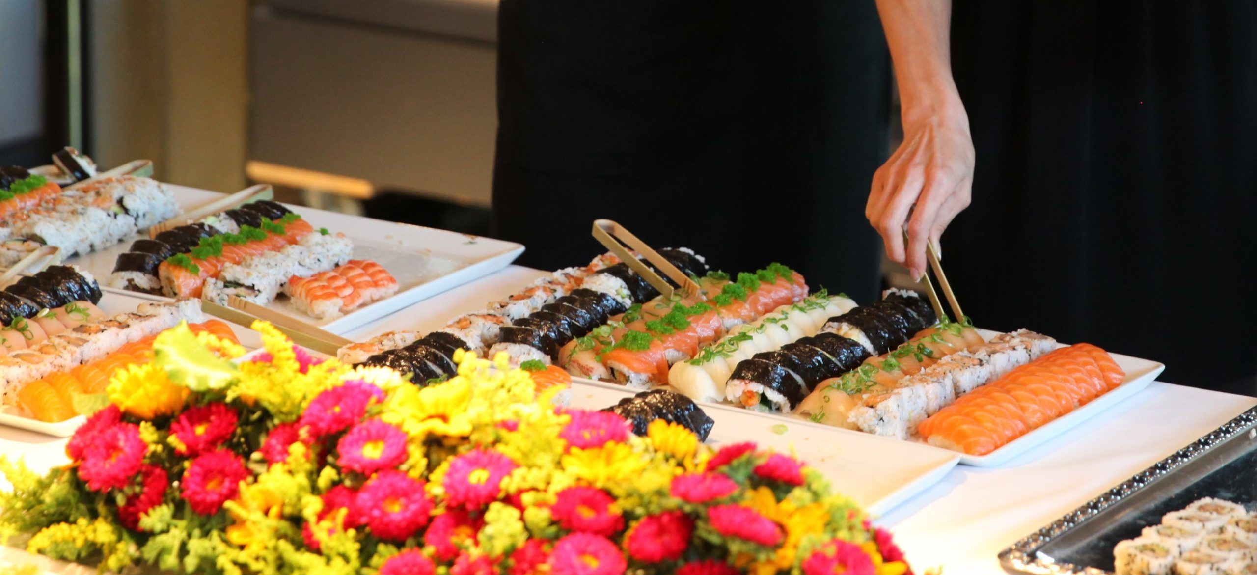 Woman helping herself to sushi at Munchmuseet in 2015. Idemitsu business reception. Photo: IPN